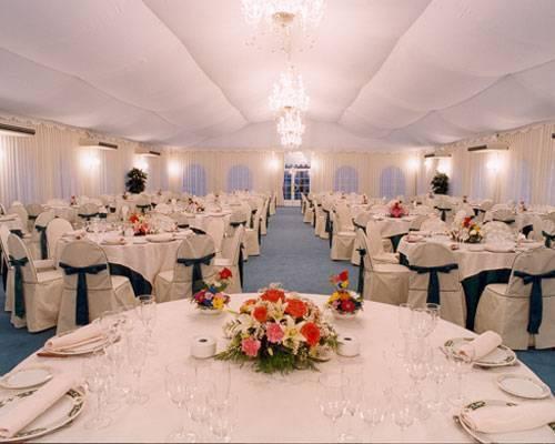 Amplia carpa adaptada a la celebración de tu boda.