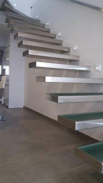 Escalera de cristal y aluminio.