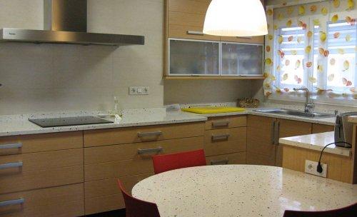 Cocina de diseño propio, realizada en tablero marino, con cajones de aluminio y guías metálicas de alta capacidad, acabada en madera natural