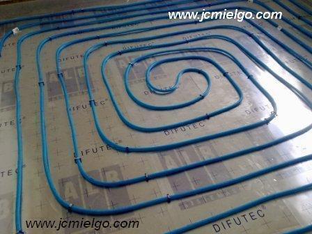 Imagen de suelo radiante sistema difutec. Proporciona mas watios de potencia y necesita menos altura.