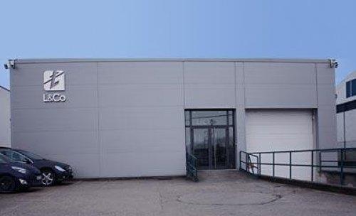 Fachada y parking de Mastaller