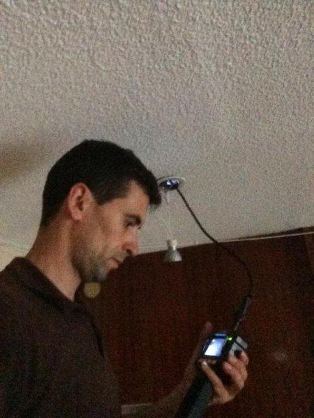 tecnico trabajando contra roedores