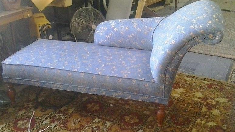 Diván tapizado en chenilla azul estampada en flores.