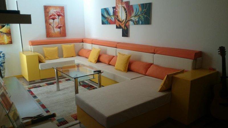 Rinconera hecha desde cero a medida, tapizada en piel sintética en colores amarillo, naranja y beige con espumas de 30 Kilos suave