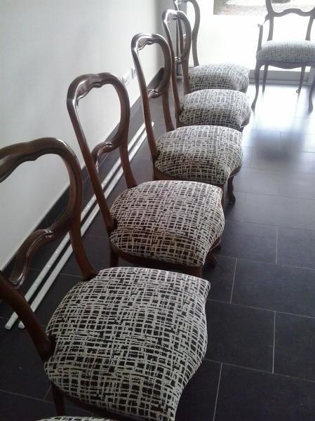 Tapizado de sillas clásicas a las que se les han cambiado también las espumas y las correas.