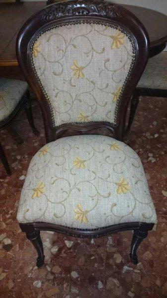 Frontal de sillas clásicas tapizadas en chenilla estampada de flores, se les han cambiado las espumas interiores y se han sustituido los muelles por correas elásticas, habiendo sido también rematadas por un borde de tachuelas incrustadas de manera artesan