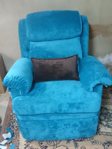 Sillón relax tapizado en una bonita tela azul turquesa de tacto muy suave y agradable.