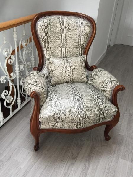 Sillón clásico completamente restaurado al que se le han cambiado las espumas, las correas, plumas y se ha tapizado en una tela que imita la piel de la serpiente.