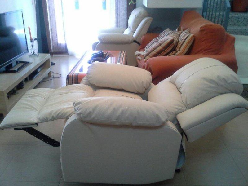 Sillón relax tapizado en polipiel de color blanco.