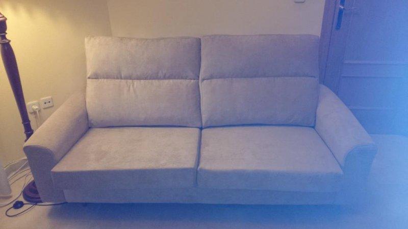 Sofá de 3 plazas tapizado en chenilla de color crudo, se le han cambiado las espumas de los asientos y se le han arreglado las correas.