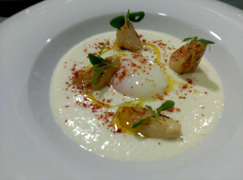 Huevo Perfecto  brandada de bacalao y esparragos blancos