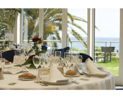 Mesa preparada para una boda