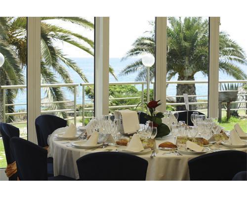 Mesa con preciosas vistas al mar