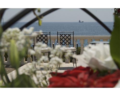 Ceremonia preparada junto al mar