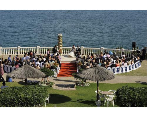Durante una ceremonia junto al mar