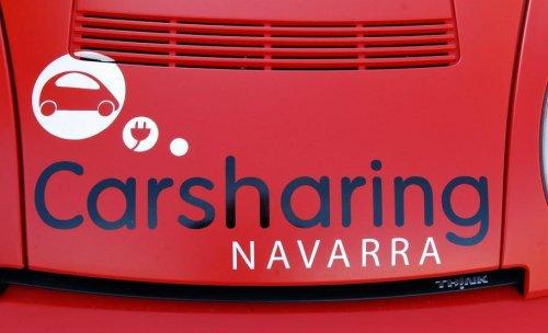 Logotipo de CarSharing Navarra sobre uno de los vehículos eléctricos de la flota