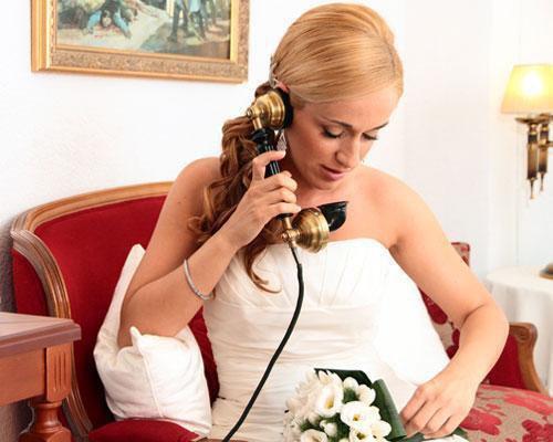 La novia hablando por telefono