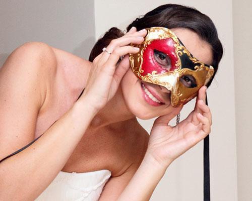 Novia con máscara veneciana