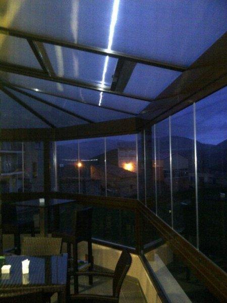 cerramiento completo de techo movil con paredes cortina de cristal.
