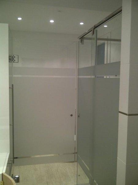 Mampara de baño personalizada corredera con puerta batiente acceso a wc y bidet.