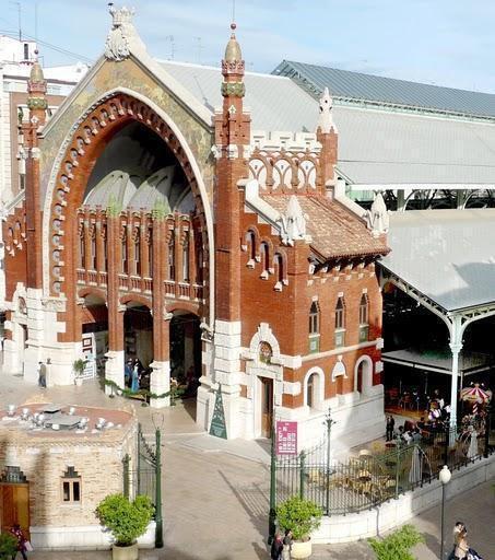Terraza de la Casa de la Horchata, en la fachada del Mercado de Colón
