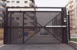 Puerta batiente de chapa perforada con peatonal