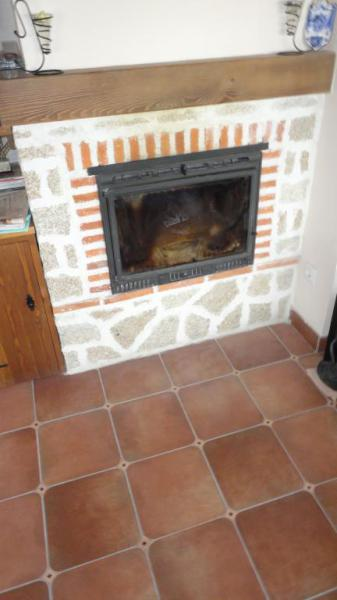 Detalle del suelo y la estufa de leña.