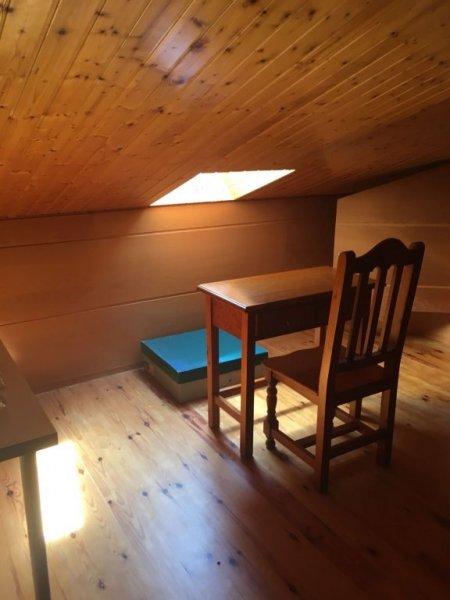 Forrado techo en pino natural y suelo de parquet del mismo material