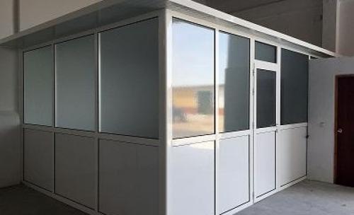 Cerramiento de una oficina, dentro de nave