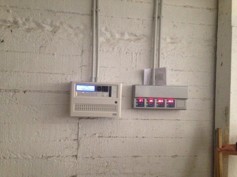 Central de detección de incendios y monóxido de carbono y detalles de la instalación y detectores