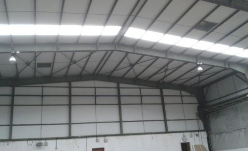 Instalación eléctrica en pabellón industrial (luminarias de LED, bandeja Rejiband y equipos autónomos de emergencia)