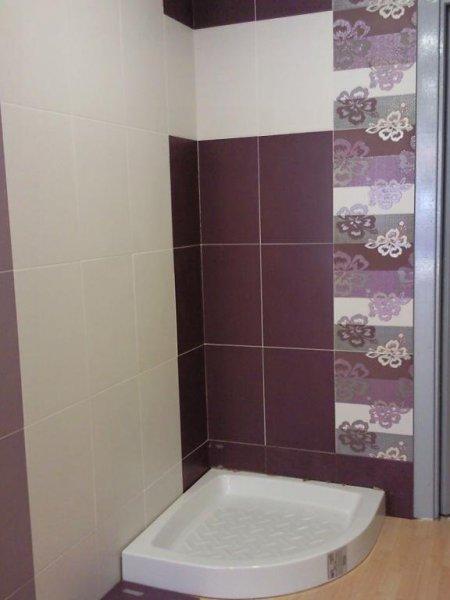 esposicion de platos de ducha con distintas convinaciones de azulejado
