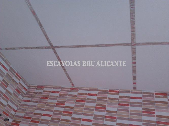 techo desmontable con placas de escayola y perfilería de espejo