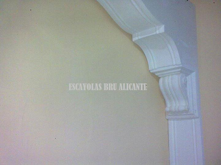 detalle de arco de escayola en nuestra exposición en Santa Pola, Alicante