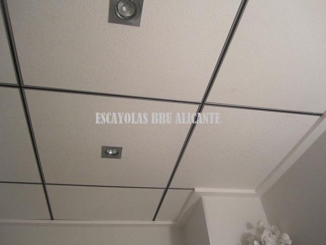 Techo de escayola desmontable perfileria Armstrong cromada negra, con moldura plana lisa, tenemos todo tipo de molduras (Alicante)