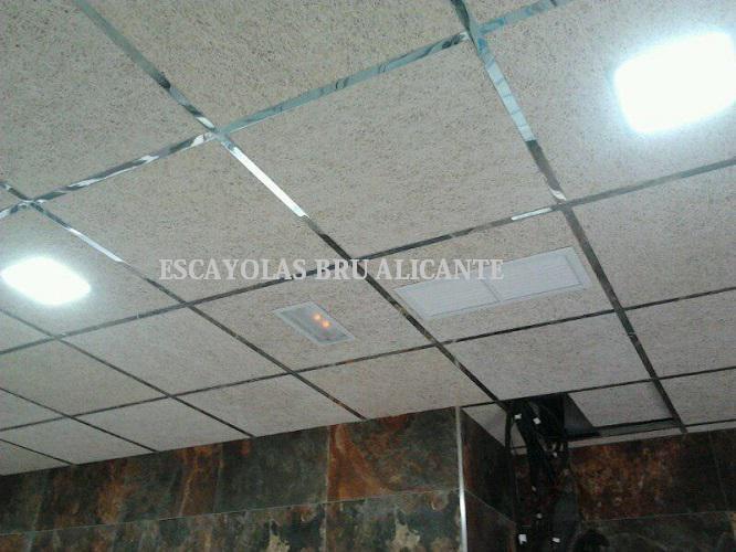 techo desmontable con placas de virutas de madera y perfilería de espejo