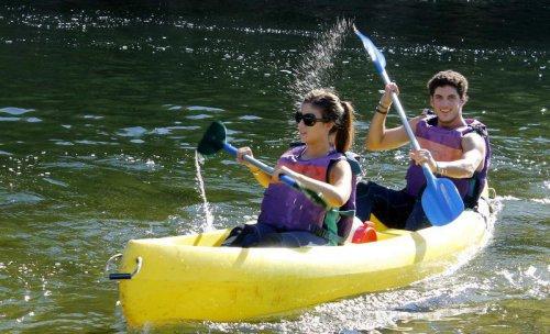 -Descenso en canoa por el río Sella:  Actividad estrella del turismo activo en Asturias. Se realiza por las mañanas y facilitamos todo el material necesario para hacerlo, incluyendo la clase teórica de como remar, canoas, palas, chalecos, remos y un bi