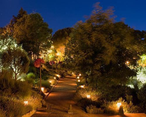 Jardines iluminados de noche