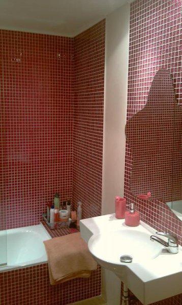 Baño con gresite rosa y estuco blanco con matices rosas
