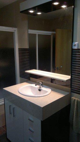 Mueble de baño en formica de alto brillo