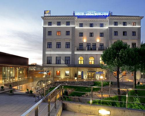 Amplias terrazas ajardinadas rodean al hotel