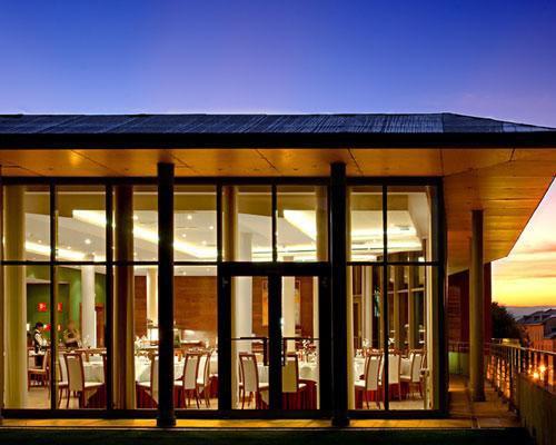Elegante restaurante acristalado
