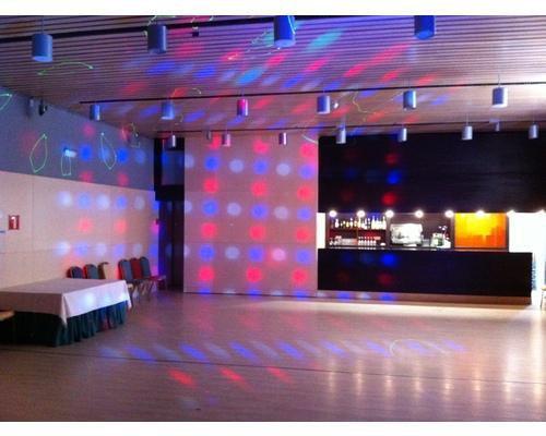 Sala discoteca con salida exterior