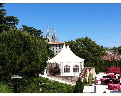 Vista carpa y agujas de la catedral