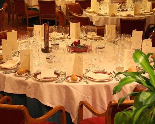 Mesa montada para banquete