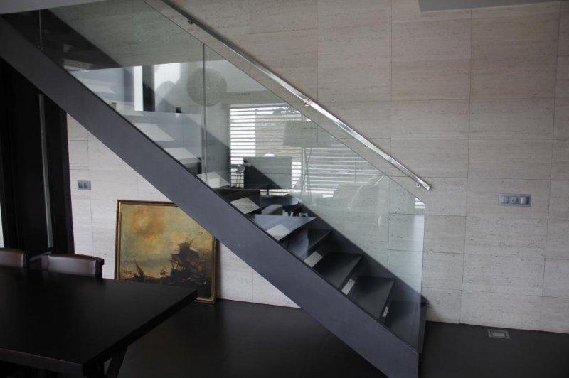 Escaleras metalicas y barandillas con cristal