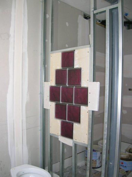 Montaje de vidrios en paramentos de pladur en plato de ducha.