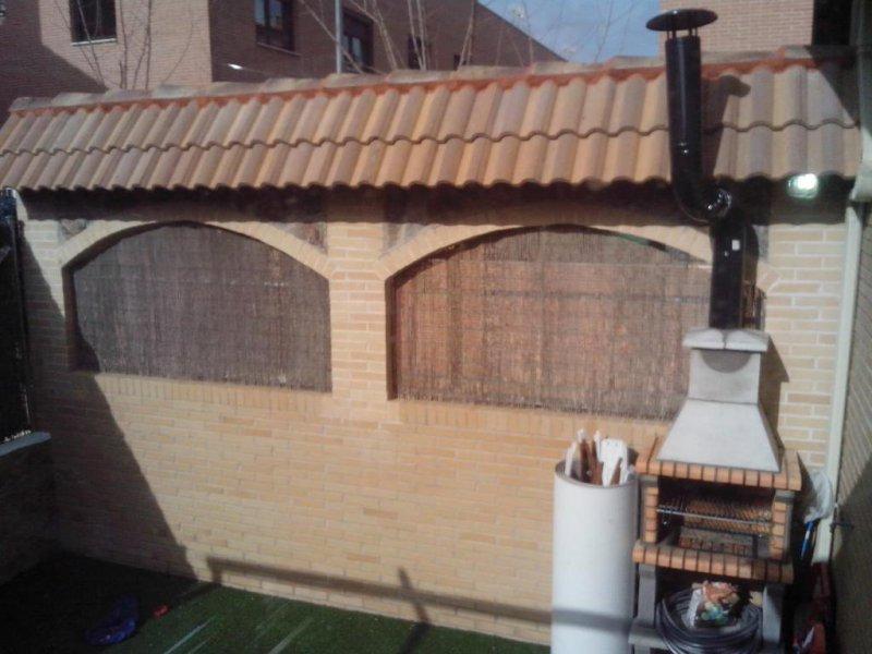 Construcción de arcos y tejadillo en fachada de chalet