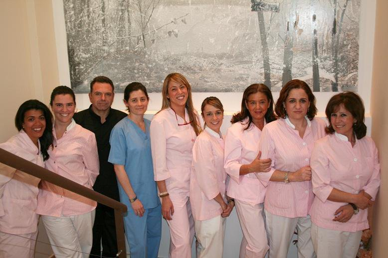 Dra. Isabel De Larroque, Dra. Carolina De Larroque y equipo auxiliar en la Clínica Dental Infante Don Luis