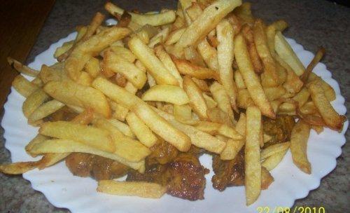 Fuente de carne de Pinchito y Patatas Fritas